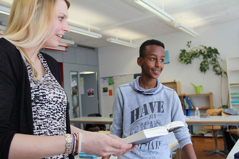 Ein Schüler holt sich Rat bei Janina Hilpert.